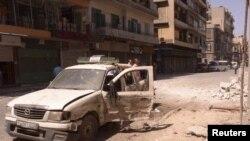 Cư dân rời bỏ nhà cửa sau khi bị pháo kích ở Houla, gần thành phố Homs, Syria, ngày 18/6/2012