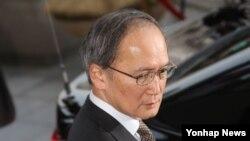 나가미네 야스마사 주한 일본대사가 지난 6일 서울 외교부 청사를 나서고 있다. 주한 일본 대사는 부산 위안부 소녀상 설치에 반발해 일시 귀국했다.
