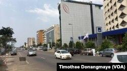 Boulevard de l'Indépendance à Libreville au Gabon, janvier 2017. (VOA/Timothée Donangmaye)