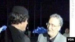 Pemimpin Libya Moammar Gadhafi menyambut kedatangan Abdel Basset al-Megrahi di Tripoli, Agustus 2009.