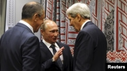 Russia's President Vladimir Putin (C), Foreign Minister Sergei Lavrov (L) and U.S. Secretary of State John Kerry attend a meeting on the sidelines of the United Nations General Assembly in New York, Sept. 28, 2015.