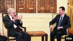 شام کے صدر بشارالاسد (دائیں) اور شام کے لیے بین الاقومی سفیر لخدر براہیمی