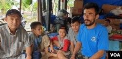 Ali Reza, pengungsi Afghanistan kelahiran Iran (baju biru) sering mengungsi dari satu negara ke negara lain. Ia berharap IOM dan UNHCR serius membantunya mendapatkan kewarganegaraan. (Foto: Sasmito/VOA)