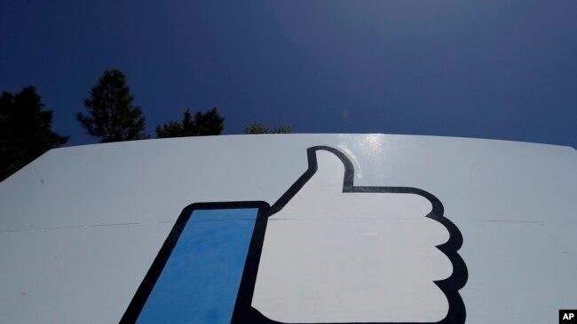 La señal de 'Me gusta' de Facebook en un cartel de la compañía en su sede de Menlo Park, California, el 25 de abril de 2019. Foto AP.