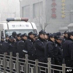 Cảnh sát Trung Quốc canh gác gần 1 cửa hàng McDonald nhằm ngăn ngừa 1 cuộc tụ tập ở Bắc Kinh, Trung Quốc, Chủ Nhật 20/2/2011