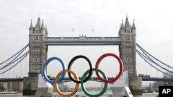 런던 템즈강에 설치된 대형 올림픽 오륜 마크 상징물(자료사진)