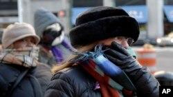 Warga AS di kota New York diterpa suhu membeku hari Selasa (7/1), namun suhu udara kembali menghangat beberapa hari mendatang.