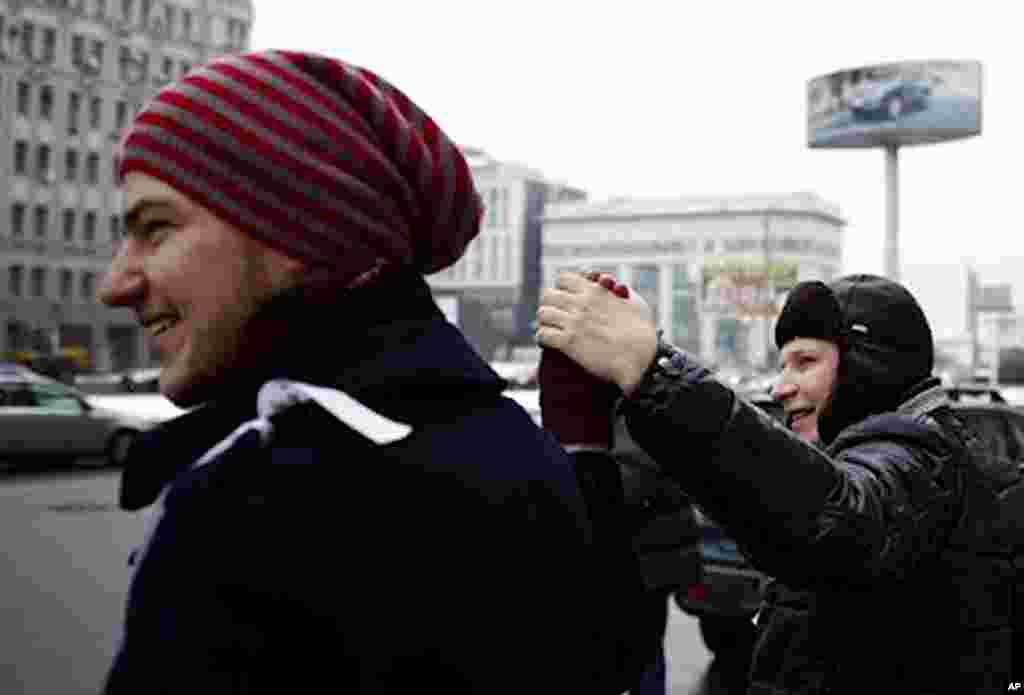 Thousands of Moscowites held hands along the city's 13 kilometer-long Garden Ring Road, Moscow, February 26, 2012. (VOA - Y. Weeks)