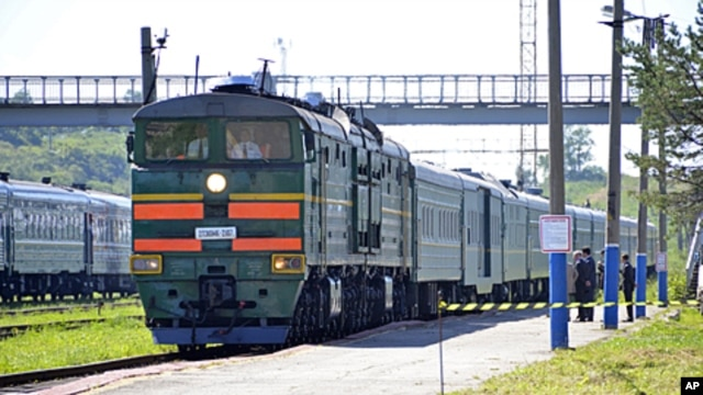 A train, transporting North Korean leader Kim Jong-il, arrives at Khasan Station after crossing the border between North Korea and Russia, near Russia's far eastern city of Vladivostok, August 20, 2011