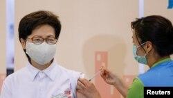 香港特首林鄭月娥週一在香港接受科興新冠疫苗(路透社照片)
