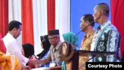 Presiden Joko Widodo membagikan sertifikat tanah di Banjarbaru Kalimantan Selatan Senin 26 Maret 2018. (Foto courtesy: Biro Pers Istana)