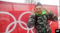 Atlet Timor Leste Yohan Goutt Goncalves berpose di Olimpiade Musim Dingin Sochi 2014 di Rusia. (AP/Christophe Ena)