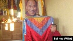 一位喇嘛坐在达赖喇嘛法像前 (资料照片)