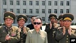 정부기관을 시찰하는 김정일 국방위원장(자료사진)