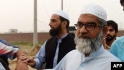 زینب کے والد امین انصاری مجرم عمران علی کو پھانسی دیے جانے کے بعد لاہور کی کوٹ لکھپت جیل سے واپس روانہ ہو رہے ہیں۔