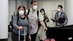 2020年3月1日戴着防护口罩的旅客在芝加哥奥黑尔国际机场
