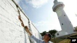 Một người đàn ông xem xét thiệt hại sau một trận động đất ở Đài Loan.