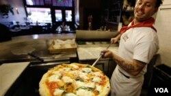 El día del Suuper Tazón, una de las tradiciones es: pizza y más pizza, como la que muestra Tony Gemignani en Tony's Pizza Napoletana en San Francisco.