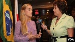 Lilian Tintori conversa con Giocona Reynolds, de la VOA.