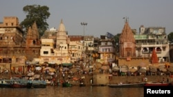 Temples and homes are seen on the banks of the river Ganges in Varanasi, India, April 8, 2017. (REUTERS/Danish Siddiqui)