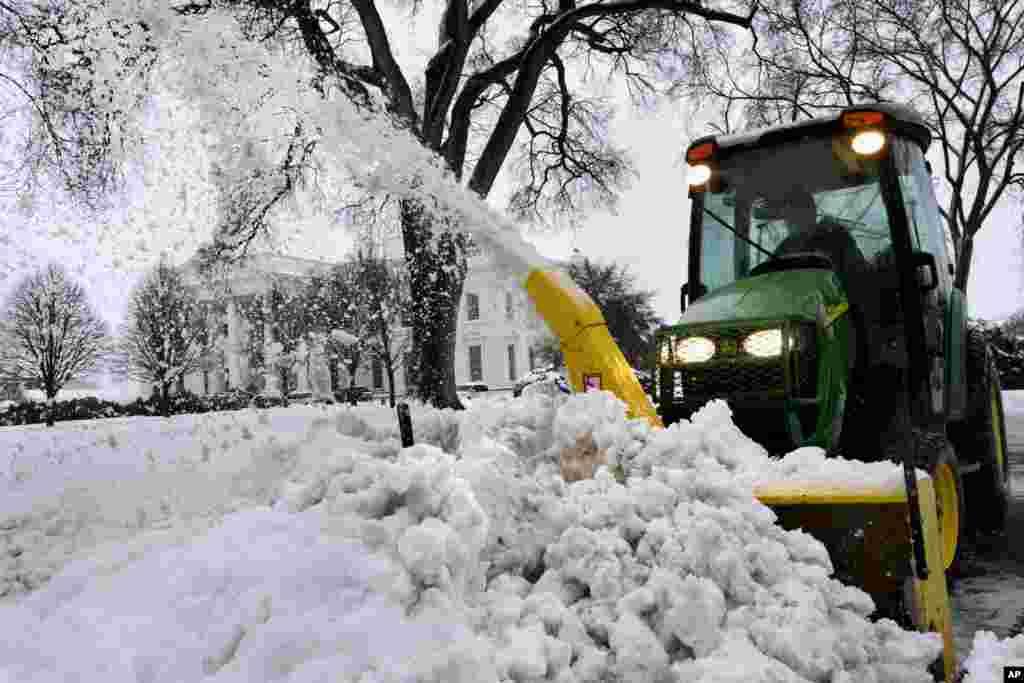 Xe thổi tuyết dọn dẹp trước Tòa Bạch Ốc, ngày 13/2/2014.