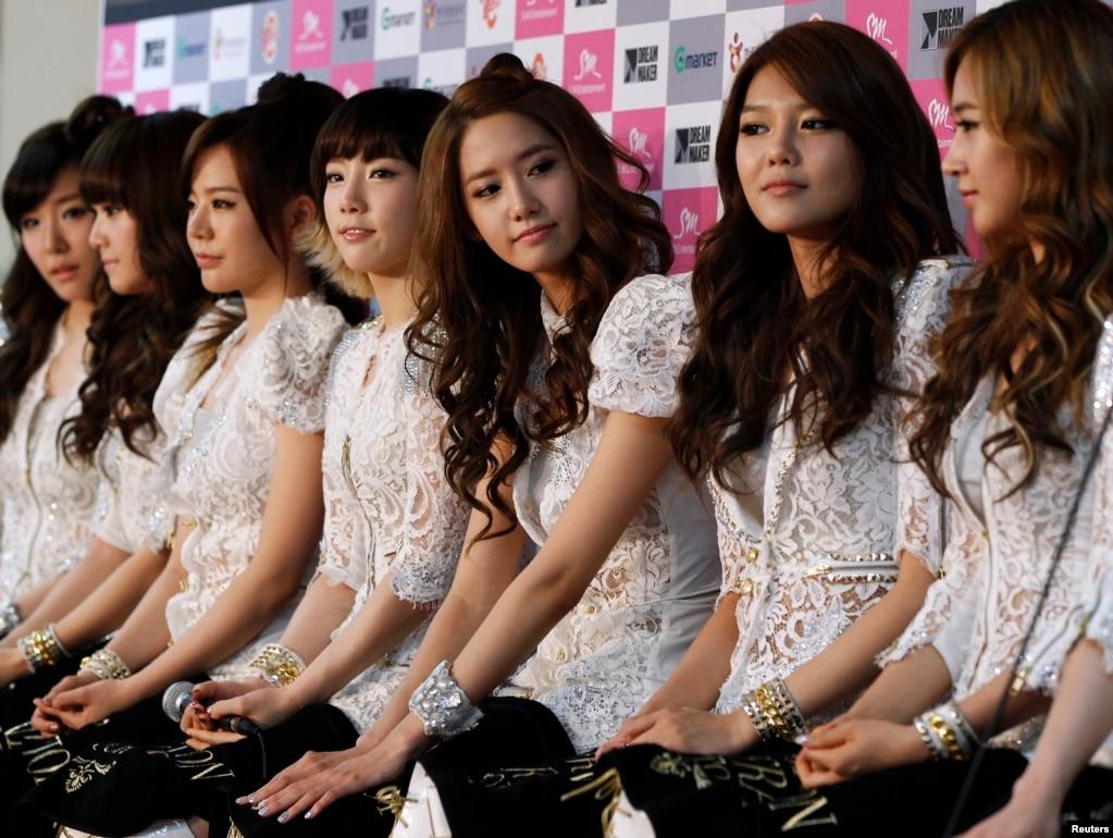 """韓國流行歌曲女團少女時代在演唱會前參加記者會。 左起:iffany, Jessica, Sunny, 隊長金泰妍(Taeyeon), Yoona, Sooyoung and Yuri(2011年7月24日)。 金泰妍盛讚樂天奶糖好吃。 這個帖子被分享到她的微博帳號上,結果""""金泰妍""""迅速成為微博熱搜冠軍。 不少中國網民的解讀是,在這敏感時期,她以此來表示支持樂天集團。 有網民表示:""""我愛我的國家,把你的照片都刪掉,你不再是我女神。 """"""""不可否認喜歡的韓國明星都很帥很美,但,未來轟炸我們14億中國人的導彈流的鮮紅的血,更'美'。 """""""