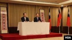 外交部主任秘书章文梁与宋楚瑜共同出席记者招待会(美国之音易林拍摄)