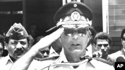 El Salvador's General Juan Rafael Bustillo salutes during a news conference in San Salvador in this October 30, 1990 file photo. Bustillo and eight other former soldiers of the Salvadoran military, accused of involvement in the 1989 killing of five Spanis
