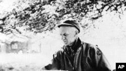 Ernie Pyle izvještava u blizini Anzija, u Italiji, 1944.