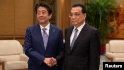 Kineski premijer Li Keqiang i japanski premijer Shinzo Abe rukuju se tokom sastanka u Velikoj dvorani naroda u Pekingu, 25. oktobra 2018.