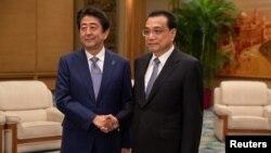 Yaponiyanın baş naziri Şinzo Abe və Çinin baş naziri Li Ketsyan. Pekin, Çin. 25 oktyabr, 2018.
