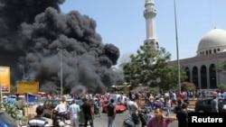 Asap hitam mengepul di luar Masjid al-Taqwa, salah satu masjid yang menjadi target serangan bom di Tripoli, Lebanon (23/8).