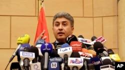 Menteri Penerbangan Mesir, Sherif Fathy memberikan keterangan kepada pers terkait hilangnya pesawat EgyptAir, 19 Mei 2016 (Foto: AP/Ahmed Abd el Fattah)