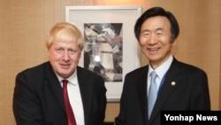 미국 뉴욕에서 열리는 유엔총회에 참석 중인 윤병세 한국 외교부 장관(오른쪽)이 20일 보리스 존슨 영국 외교장관과 회담을 마친 뒤 악수하고 있다.