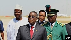 Ghana's President John Atta Mills (front,C) arrives for the Economic Community of West African States (ECOWAS) meeting in Nigeria's capital Abuja, December 7, 2010 (file photo).