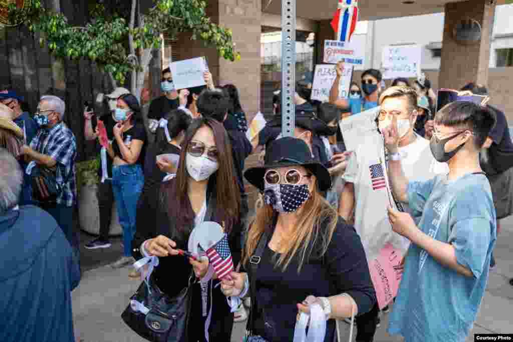 กลุ่มคนไทยในนครลอสแอนเจลีส ร่วมชุมนุมหน้าสถานกงสุลไทย เพื่อต่อต้านการใช้ความรุนแรงต่อผู้ประท้วงในประเทศไทย