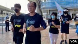 支聯會4名成員毋忘六四32周年長跑,最後一段跑到北京駐港機構中聯辦附近 (美國之音湯惠芸)