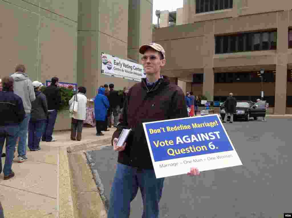 """最后关头拉票:一位志愿者在提前投票的中心外劝说选民对同性婚姻公投问题说""""不""""。"""