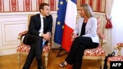 Le président Emmanuel Macron, à gauche, et la cheffe de la diplomatie de l'UE Federica Mogherini discutent en marge du sommet des Balkans occidentaux au Palazzo del Governo à Trieste, Italie, 12 juillet 2017.