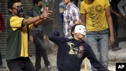 Người biểu tình ném đá trong vụ đụng độ với lực lượng an ninh ở Cairo.