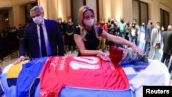 Xanima yekê ya Arjantîna Fabiola Yanez û serok Alberto Fernandez kulîk datînê ser darbesta Maradona