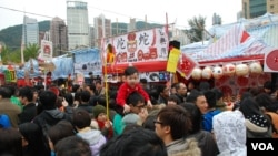 香港最大型的維園年宵市場,星期六農曆除夕下午已經擠滿參觀的人群 (美國之音湯惠芸拍攝)