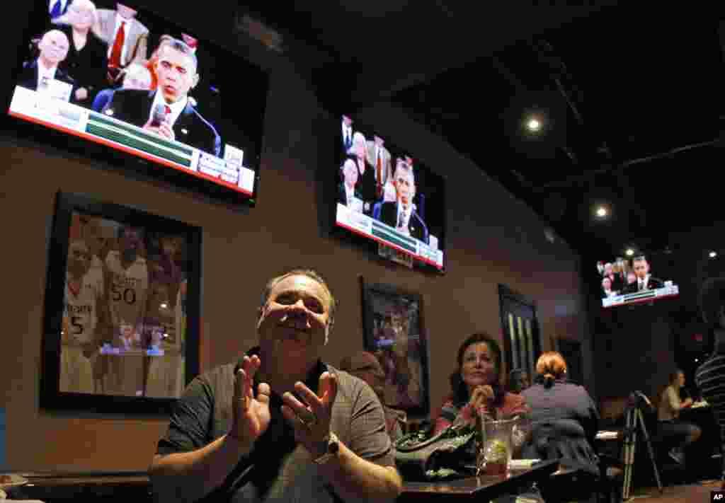 Frank Nieves de la Chambre de commerce portorico-hispanique, partisan du président Barack Obama, a regardé le débat télévisé à Miramar en Floride