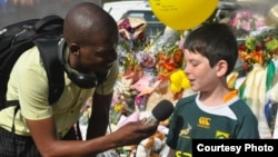 Ten-year-old Jason tells reporter Thuso Khumalo about how he met Nelson Mandela, Houghton, Dec. 8, 2013. (Jennie Smith for VOA)