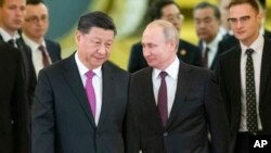 ប្រធានាធិបតីរុស្ស៊ីលោក Vladimir Putin និងប្រធានាធិបតីចិន ស៊ី ជីនពីងចូលក្នុងសាលប្រជុំក្នុងវិមានក្រឹមឡាំងទីក្រុងម៉ូស្គូប្រទេសរុស្ស៊ីកាលពីថ្ងៃទី០៥ មិថុនា ២០១៩។