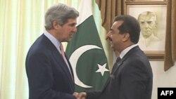 Thượng Nghị sĩ John Kerry (trái) gặp Thủ tướng Pakistan Yusuf Raza Gilani tại Islamabad, ngày 16 Tháng 5, 2011