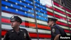 Polisi berjaga-jaga di kawasan Times Square di New York City (3/7).