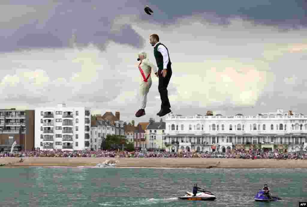 អ្នកប្រកួតប្រជែងនៅក្នុងឈុតសម្លៀកបំពាក់ដ៏ស្រស់ស្អាតលោតពីផែ Worthing Pier ក្នុងតំបន់ West Sussex ភាគខាងត្បូងនៃប្រទេសអង់គ្លេស ក្នុងការប្រកួតប្រជែងម៉្យាងដែលហៅថា ទិវាប្រកួតប្រជែងមនុស្សបក្សីអន្តរជាតិប្រចាំឆ្នាំ។ នេះជាការប្រកួតការហោះហើរដោយប្រើម៉ាស៊ីនដែលអាចហោះបានដោយកម្លាំងមនុស្ស ហើយត្រូវបានប្រារព្ធឡើងជារៀងរាល់រដូវក្តៅ។