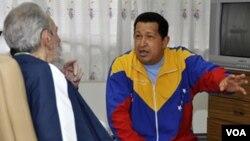 En esta foto oficial difundida el 17 de junio, Chávez conversa con Fidel Castro.