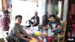 Sejumlah anggota Jatayu saat berbincang-bincang di warung di Desa Mekar Sari. (Foto: Sasmito Madrim/VOA)
